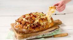 Oppskrift på ostefylt brød med skinke og soltørket tomat, foto: I Love Food, Finger Foods, Allrecipes, Baked Potato, Camembert Cheese, Tapas, Banana Bread, Lunch, Snacks