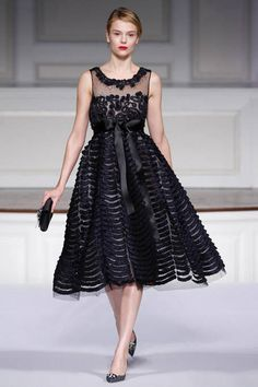 See the entire collection from the Oscar de la Renta Pre-Fall 2011 runway show.