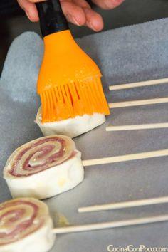 piruletas de hojaldre con jamon york y queso