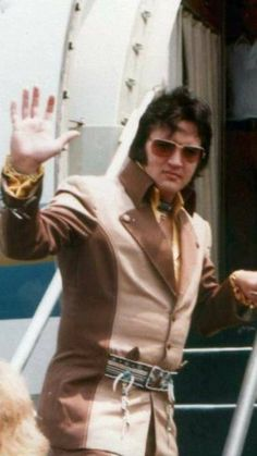 Elvis in the boarding his plane. Elvis Presley Family, Elvis Presley Photos, Tom Parker, Elvis In Concert, Elvis And Priscilla, Memphis Tennessee, Star Pictures, Thats The Way, Graceland