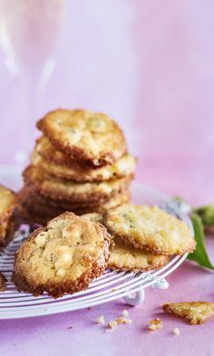 Juustokeksit ovat täydelliset suupalat | Meillä kotona Baking Recipes, Dessert Recipes, Desserts, Savoury Baking, Sweet Pastries, No Bake Cookies, Baking Cookies, Food Hacks, Finger Foods