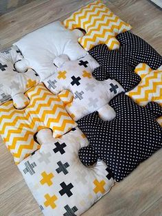 Puzzle Baby Play mat If you want to protect your child against unsuccessful acqu. Puzzle Baby Play mat If you want to protect your child against unsuccessful acquaintance with the adamant worl Kids Crafts, Baby Crafts, Diy And Crafts, Easter Crafts, Sock Crafts, Diy Baby Gifts, Quilt Baby, Baby Sewing Projects, Sewing Crafts
