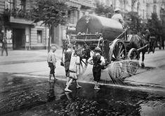 So lebten die Berliner um 1900. Die herausragenden Aufnahmen der Gebrüder Haeckel zeigen viele Facetten des Alltags in der Hauptstadt des Deutschen Kaiserreichs. Berliner bei der Arbeit und in ihrer Freizeit an Orten, die es heute noch gibt, aber k