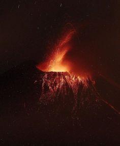 Ecuador, il vulcano Tungurahua si accende: la spettacolare eruzione