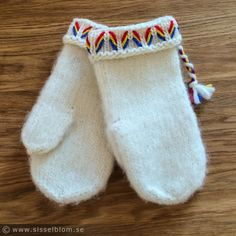 Lovikkavantar – Skolanpassat mönster – Sissels Blogg Mitten Gloves, Mittens, Types Of Shirts, Shirt Types, Blogg, Slippers, Socks, Knitting, Crochet