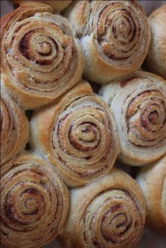 Met croissant deeg. Uitrollen. Met kaneel en suiker bestrooien. Oprollen. Stukjes snijden. Afbakken. Tea Recipes, Baking Recipes, Sweet Recipes, Dessert Recipes, Brunch, Croissant Deeg, Tapas, Happy Foods, Snacks