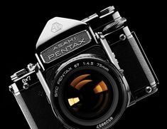 Vintage Camera The 24 Best Vintage Cameras to Buy - Gear Patrol - Updated for We round up the 24 best vintage film cameras -- cult classics in medium format, large format or Polaroid photographer. Antique Cameras, Old Cameras, Vintage Cameras, Hasselblad 500cm, Leica M6, Best Digital Camera, Best Camera, Digital Cameras, Camera Hacks