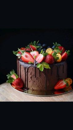Chocolate Strawberry Cake, Strawberry Cakes, Cake Chocolate, Strawberry Cake Decorations, Chocolate Flowers, Food Cakes, Cupcake Cakes, Fruit Birthday Cake, Birthday Cake Decorating