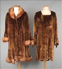 40a2d66a63a Manteau de fourrure et robe en panne de velours 1920s Dress