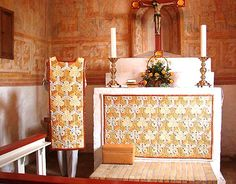 In Raasted Church in Himmerland women from the parish made a very beautiful altar cloth and a chasuble that matches the unique frescoes absolutely incredible. Annemarie Harrison has designed and led the work
