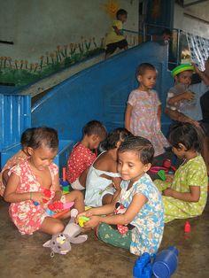 Fundacion-Ananta-Colores-de-Calcuta-Guarde-Jugando-Agosto2010-08 by Fundación ANANTA, via Flickr