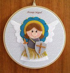 """Seu nome significa """"o que é um com Deus"""", é considerado o chefe dos exércitos celestiais e o padroeiro da Igreja Católica Universal. É o anjo da fé, da proteção, da libertação do mal, do arrependimento e da justiça.    O quadrinho é em bastidor de madeira com 20cm de diâmetro e com imagem do Arca... Catholic Crafts, Catholic Kids, Faith Crafts, Rest, Felt Ornaments, Snoopy, Scrapbook, Quilts, Dolls"""