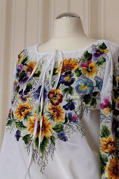 Artículos similares a Hand emroidered white floral blouse en Etsy Embroidery On Clothes, Embroidered Clothes, Embroidery Dress, Embroidered Blouse, Ribbon Embroidery, Embroidery Stitches, Embroidery Designs, Machine Embroidery, Floral Blouse