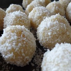 ca. 20 Stück Zutaten 100g Kokosflocken 30g Mandelmehl 1 Prise Zimt 3 EL Honig 4 EL Kokosöl 40g Mandelmilch oder Kokosmilch Kokosflocken zum Wälzen ca. 20 ganze Mandeln Zubereitung Honig und Kokosöl...