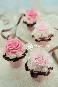 floral cupcakes by rosarium Pearl Centerpiece, Candle Centerpieces, Centrepieces, Floral Cupcakes, Floral Cake, Pretty Cupcakes, Deco Floral, Arte Floral, Beautiful Cakes