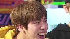 Jin chorando de tanto rir no Run BTS! 2017 - Ep. 18 (JungKook rindo lá trás também kk)