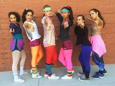 deguisement-annees-80-leggings-multicolores-shorts-t-shirts-sneakers déguisement années 80