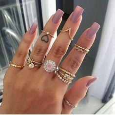 Unhas + esmalte nude + anéis = ❤️❤️❤️