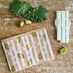 ... Il vento se ne va a passi tardi, attraverso i tronchi a raccogliere le ultime foglie... (H.Hesse)  . . Di boschi, di foglie e di autunno caldo come la primavera.. di prati verdi verdi, di giornate miti e di cieli azzurri, io dentro questo mese ci sto' proprio bene.. p.s  Sto' aggiornando lo shop su #etsy con i timbri ed i quaderni dedicati a questa stagione meravigliosa e da domani troverete anche uno sconto speciale  . . #timbri #handcarved #handcarvedstamp #eraserstamp #autunn...