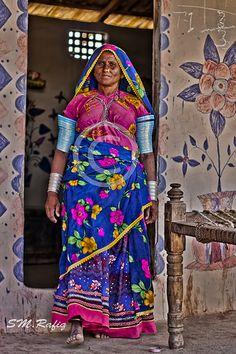 You can see here the convetional way of decorating the wall by handy drawings and painting. This is the custom which can be viewed across the border, both the Pakistani region of Thar, Sindh and Indian region of Rajhastan.