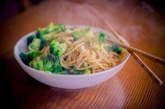 Szybki makaron z brokułami, czosnkiem i sosem sojowym