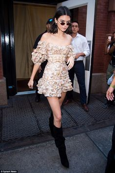 Kendall Jenner accentuates waist in NY with Kim Kardashian | Daily Mail Online