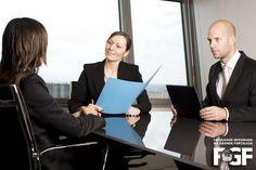 4 dicas rápidas para quem procura emprego:    1 - O currículo ideal deve ter de uma a duas páginas. 2 - Quando o recrutador perguntar sobre o motivo de saída do emprego anterior, faça uma autoanálise sobre os motivos do desligamento de forma a expor durante a entrevista o que aprendeu com essa situação. 3 - Cuidado com a sua reputação digital. 4 - Fortaleça o relacionamento via LinkedIn com as pessoas que você já conhece e que conhecem o seu trabalho.