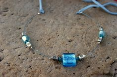Collar de hilo plastificado azul con cristal azul y accesorios y broche de petwer con gamuza azul