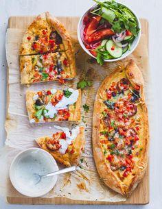 Turkse pide - Een pide is een pizza met Turkse flair. Zonder tomatensaus maar met heerlijke mediterrane smaken en kruiden. #musttry Lamb Recipes, Vegetarian Recipes, Cooking Recipes, Turkish Pizza, Burger Meat, Homemade Hamburgers, Salty Foods, Food Concept, Dinner Is Served