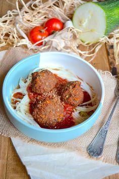 Boulettes végétales d'aubergine, sauce tomate et spaghetti crus de courgette. . La recette par Rosenoisettes.