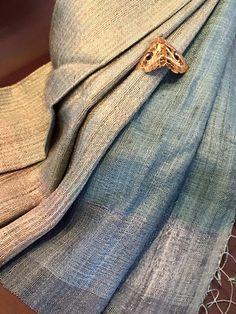 Silke håndværk fra Laos. Unikke håndvævede silketørklæder i høj kvalitet, fremstillet af økonomisk dårligt stillede kvinder i små landsbyer i udviklingslandet Laos. Saoban følger principperne om Fair Trade, som bl.a sikre kvinderne en anstændig pris for deres varer. Følg os på facebook Saoban Nordic.