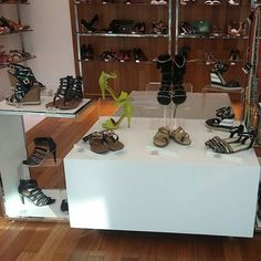 Como me sinto quando passo na frente de uma vitrine LINDA:      Foto da loja Tanara no Palladium Shopping Center (Curitiba)  #tanarabrasil #shoesfirst