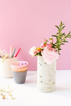DIY betonová váza na květiny. DIY Concrete Vase with a Mailing Tube Concrete Crafts, Concrete Projects, Concrete Jewelry, Concrete Cement, Diy Projects Love, Craft Projects, Craft Tutorials, Project Ideas, Craft Ideas