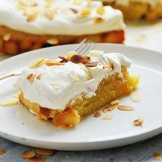 Semmelkladdkaka är en fantastisk variant på den klassiska semlan – det bästa av två världar där två älskade bakverk blir ett. Den här är ett recept från Kungsörnen på en kaka som kan ätas året...
