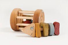 """bebê de brinquedo de madeira set Rattle eco-friendly DIMENSÕES rattlebox: comprimento de 4 """"(10 cm), altura 3 1/5"""" (8 cm) peixe: comprimento 5 """"(12,5 cm) $36"""