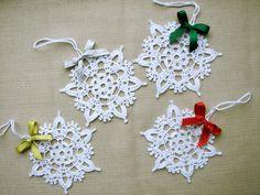 Alluncinetto, fiocchi di neve - set di 6 fiocchi di neve - a mano in filato di cotone bianco. Ogni fiocco di neve è stato irrigidito con amido di mais naturale per tenere la forma. Fiocchi di neve sono decorate con fiocchetti in raso. Hai molti modi per usare questi fiocchi di neve -