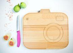 """Viele Food-Aficionados haben ja die Eigenschaft, ihr Essen unbedingt noch schnell fotografieren zu müssen. Das  made in Germany Schneidebrett """"SayCheese"""" von Västra Design vereint beide Leidenschaften. Cutting board camera shaped."""