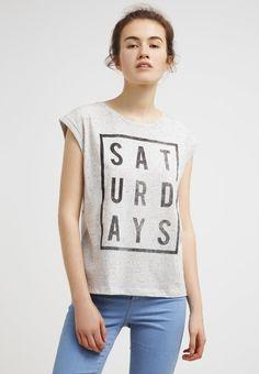 Dit heerlijke t-shirt is perfect voor een dagje festivallen. Shop hier vanaf: € 12,95