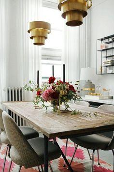Pendentes em bronze/latão são uma forte tendência para 2014. Estes estão perfeitos com mesa de jantar rústica.