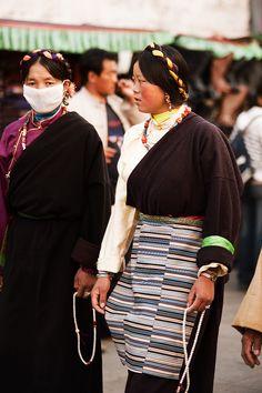 http://www.dailytravelphotos.com/images/2009/091112_lhasa_tibet_barkhor_hair_ornaments_braid_tibetan_women_front_walking_IMG_3836.jpg