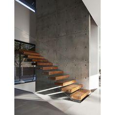Escada de Madeira e Vidro e Parede de Concreto no Arkpad - Arkpad