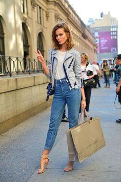 Avec des sandales à talons - Street Style : comment les filles lookées portent le jean vintage  - Elle