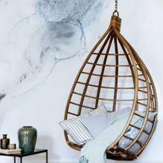 Wat een plaatje, deze hangstoel van Broste Copenhagen. Eerder al kwam Broste met de hangstoel Egg, maar deze opvolger is minstens net zo mooi. Hang de stoel op, plaats er een zacht kussen in en kruip onder een plaid; dan kan het ultieme relaxen beginnen. De Broste hangstoel is gemaakt van rotan.