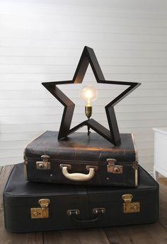 Stående julstjärna i trä för fina gammaldags glödlampor - glödtrådslampor. Adventsstjärna för bord i trä  Stjärna i trä för bord och fönsterbräda.