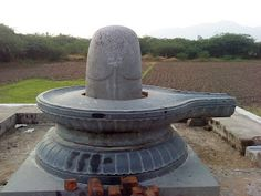 AMRAESWARAR - PUDHUPAALAYAM VILLAGE NEAR POOLUR The linga belongs to 9th Century. The linga is considerabily a big one and many of he deities were found under the ground by the villagersa few months ago.