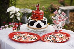 This little farm themed party is just so cute. I love the darling little cow cake from it! This party is adorable and could be the perfect theme for a baby boy. Cowgirl Birthday, Cowgirl Party, 1st Boy Birthday, 2nd Birthday Parties, Woody Birthday, Birthday Ideas, Farm Themed Party, Farm Party, Bbq Party