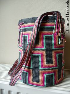 829b7abcf4 Woven crochet bag. Pattern available to buy but not English. Great  Inspiration.