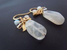 氷砂糖の様なムーンストーンと白系天然石とリーフビーズのピアス Creema Handmade Accessory Beads Crafts Earrings Natural Stone Moonstone ハンドメイド アクセサリー クラフト イヤリング ビーズ