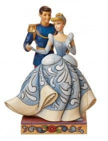 O topo de bolo mostra a Cinderela com seu príncipe encantado.