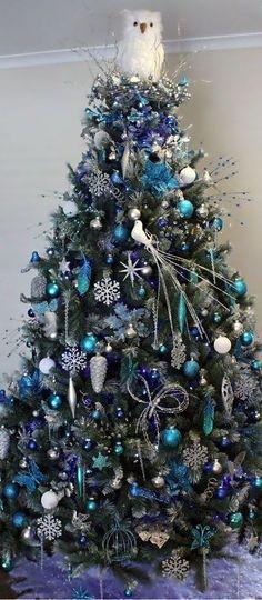 こちらの立派なクリスマスツリーのデコレーションはすべてブルー!頂上には星ではなくフクロウが!色で遊んだり、自由な発想でデコレーション出来るのだなということがわかりますね。